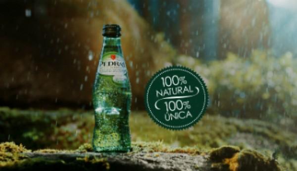 Pedras realça naturalidade da água em nova campanha
