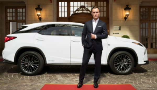 Jude Law protagoniza peça a bordo de um Lexus