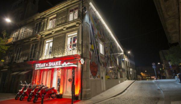 Steak 'n Shake abre espaço com mural de Joana Vasconcelos