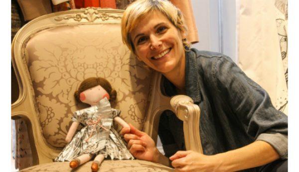 Katty Xiomara veste boneca solidária