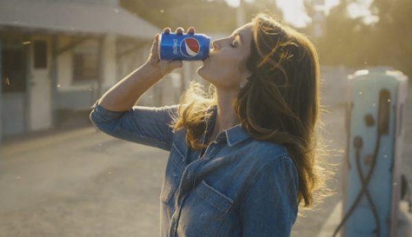 Cindy Crawford recria anúncio da Pepsi dos anos 90