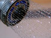 E se do chuveiro saísse água e… hidratante para a pele?