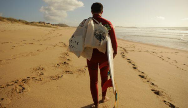 E se passasse o Natal a limpar a praia?