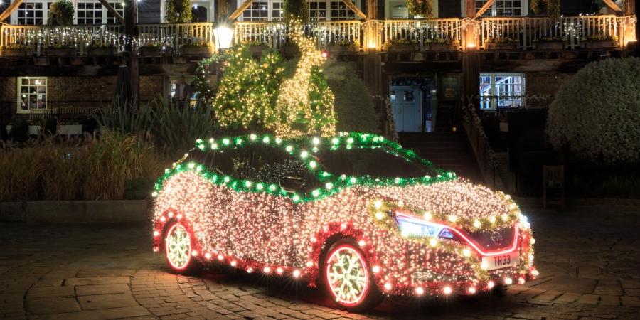 Esta árvore de Natal é… um automóvel eléctrico